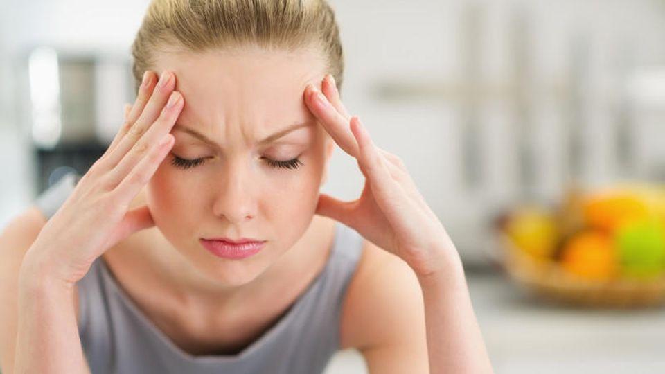 Viele Menschen leiden regelmäßig unter Kopfschmerzen.