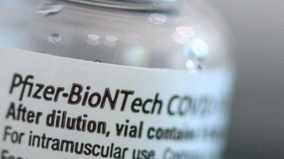 Leere Biontech-Pfizer-Ampullen stehen in einem Kästchen. Foto: Klaus-Dietmar Gabbert/dpa-Zentralbild/dpa