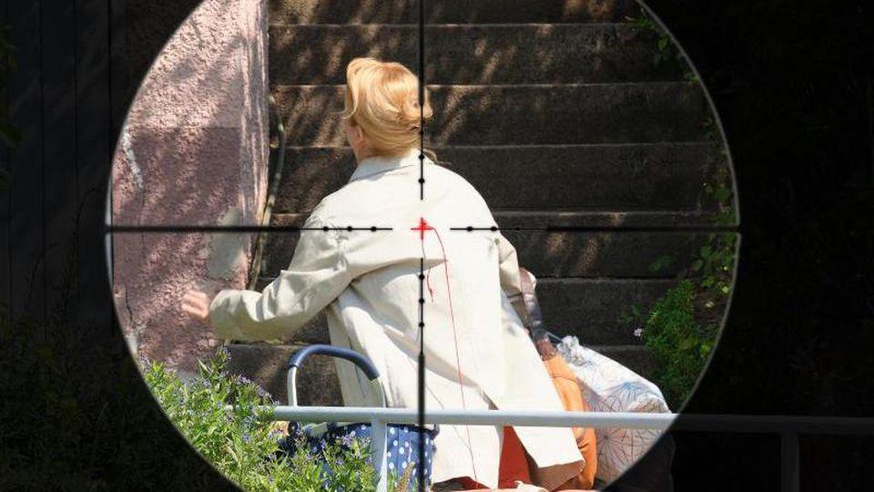 Im Fadenkreuz: Als Elisabeth Vogel nichtsahnend nach Hause kommt, wird sie ohne Vorwarnung erschossen. Foto: Benoit Linder/SWR/ARD/dpa