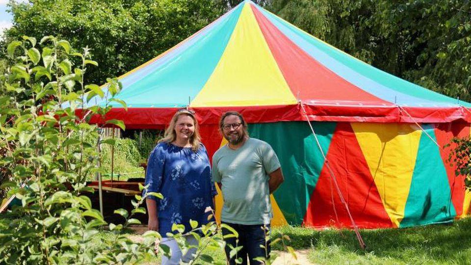 Mandy Bachmann und Swen Kaatz stehen im Zirkusgarten ihres Kulturvereins Jos e.V. in Mülsen. Foto: Claudia Drescher/dpa-Zentralbild/dpa
