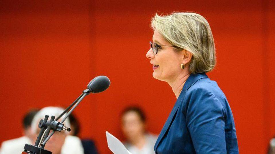 Stefanie Hubig (SPD), Bildungsministerin in Rheinland-Pfalz, spricht zu den Abgeordneten. Foto: Andreas Arnold/dpa/Archivbild