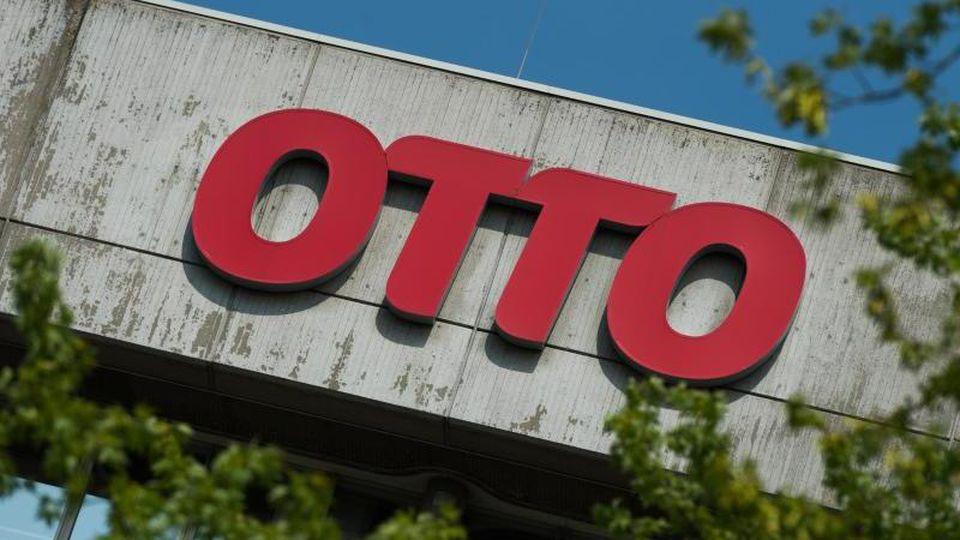 Die Otto Group rechnet im laufenden Geschäftsjahr zwar mit mehr Umsatz - aber mit einem rückläufigen Gewinn. Foto: picture alliance / Christophe Gateau/dpa
