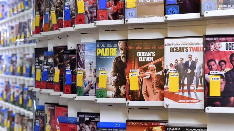 Verschiedene Filme stehen in einem Regal in einer Videothek zum Verleih bereit. Foto:MartinSchutt