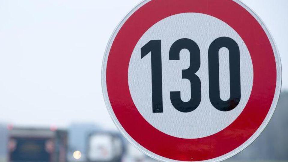An der A24 steht eine Verkehrsschild mit der Geschwindigkeitsangabe von 130 Stundenkilometer. Foto: Jens Büttner/zb/dpa/Archivbild