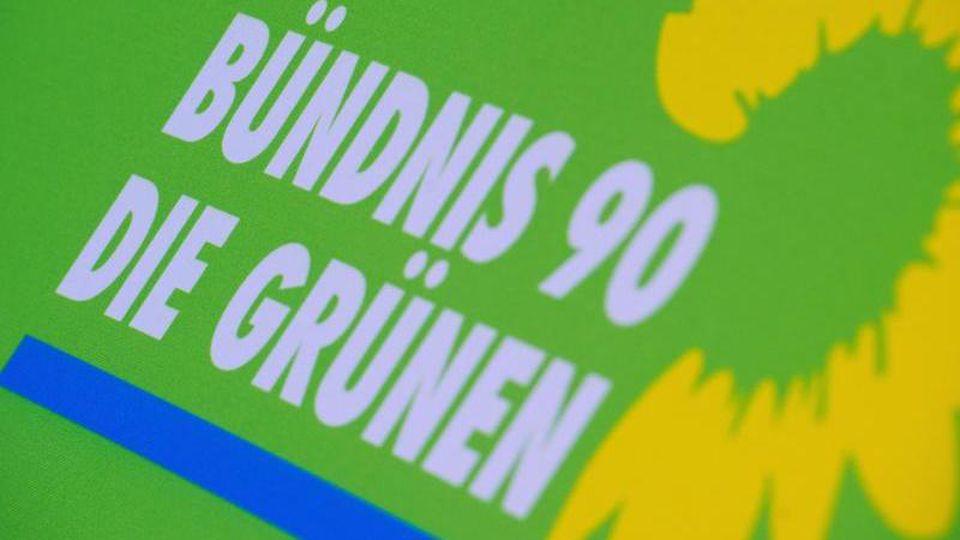 Das Logo von Bündnis 90/Die Grünen steht auf einem Aufsteller der Partei. Foto: Stefan Sauer/dpa-Zentralbild/dpa