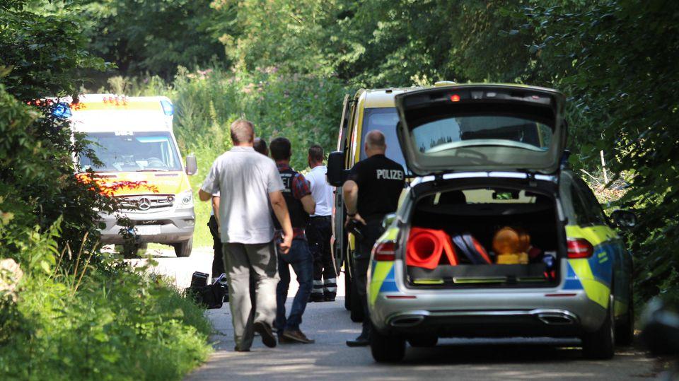 Polizeibeamte und ein Rettungswagen stehen am Tatort an der A5 neben einem Geldtransporter. Zwei Männer hatten den Transporter überfallen.