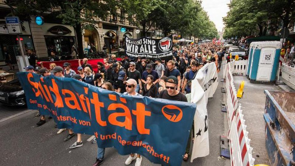 """Die Demonstrationsteilnehmer marschieren mit Plakaten mit der Aufschrift """"Solidarität"""" und """"Gemeint sind wir alle"""". Foto: Andreas Arnold"""