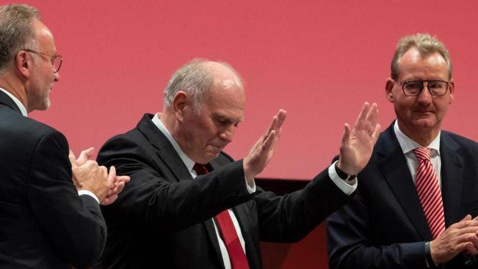 Uli Hoeneß steht zwischen Karl-Heinz Rummenigge (l) und Dieter Mayer bei der Jahreshauptversammlung. Foto: Sven Hoppe/dpa