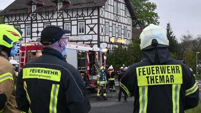 """Die Feuerwehr rückt zu einem Brand in einem Gasthaus """"Goldener Löwe"""" in Kloster Veßra aus. Foto: Tnn/dpa/Archivbild"""