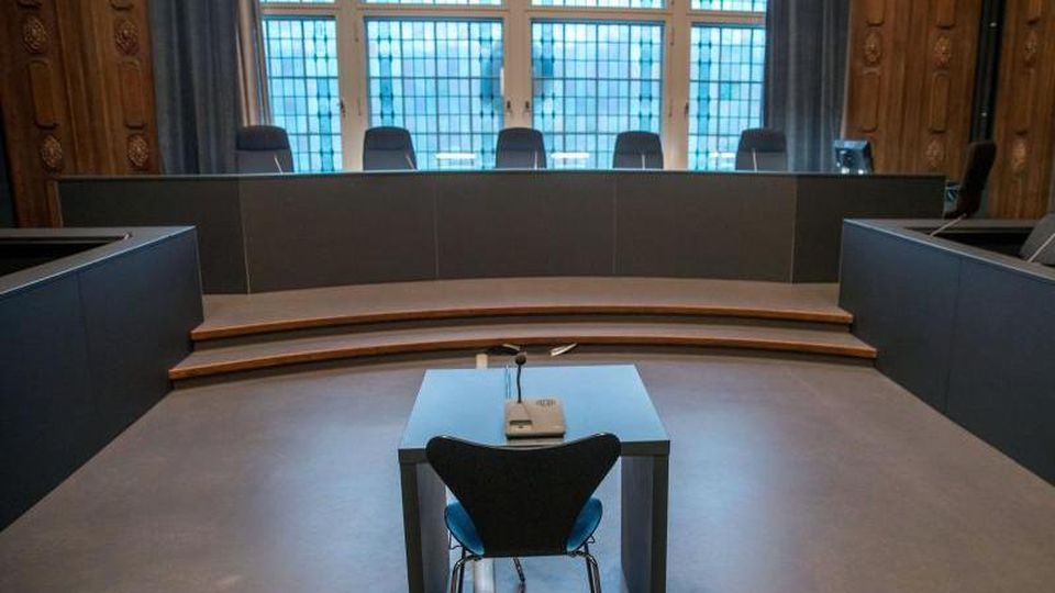 Blick in einen leeren Saal am Landgericht Schwerin. Foto: Jens Büttner/Archiv