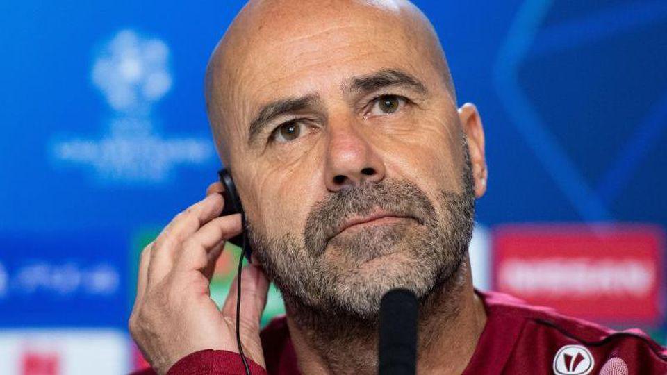 Leverkusens Trainer Peter Bosz sitzt auf dem Podium. Foto: Marius Becker/dpa