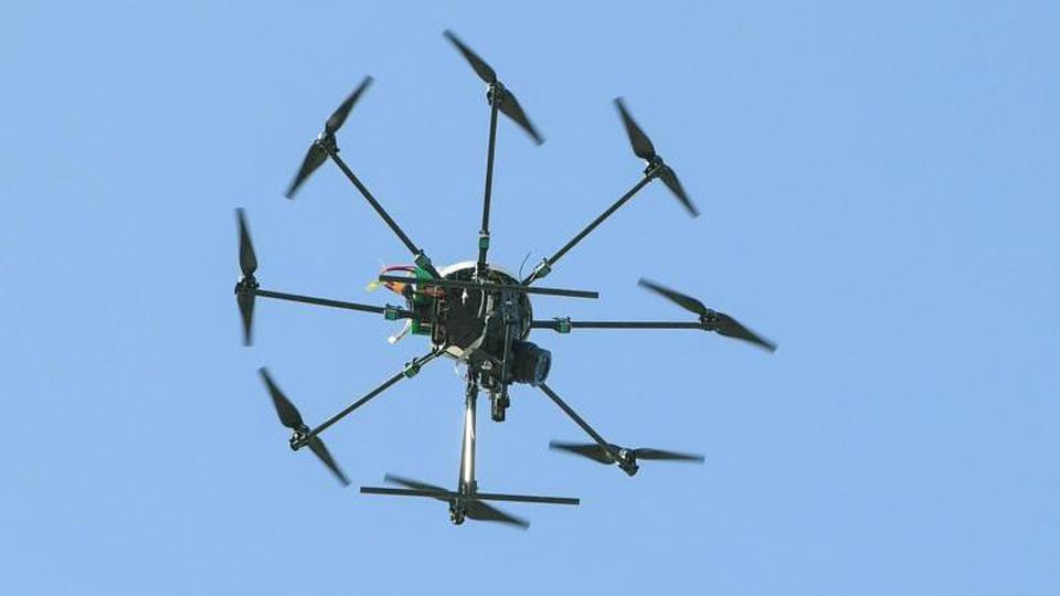 Eine Drohne, ein sogenannter Octocopter mit acht Propellern, schwebt in der Luft. Foto: Patrick Pleul/Archiv