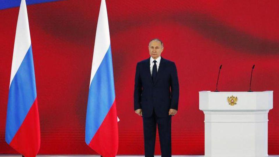 Wladimir Putin, Präsident von Russland, hört die Nationalhymne nach seiner jährlichen Rede an die Nation. Foto: Alexander Zemlianichenko/AP Pool/dpa