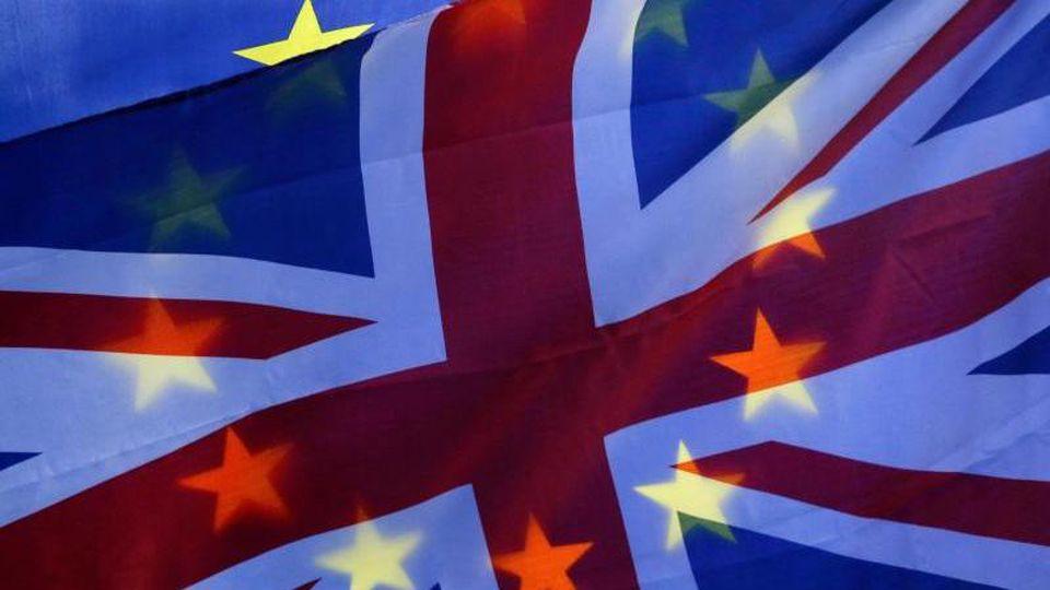 Vor denm Houses of Parliament, dem Westminster-Palast, ist eine EU-Flagge und eine britische Flagge zu sehen. Foto: Tim Irland/XinHua/Archiv