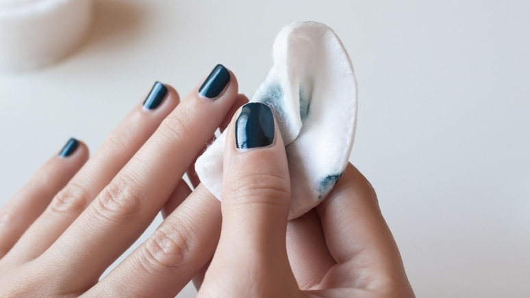 Nagellackentferner entfetten Nägel und Haut - deshalb besser sparsam einsetzen.