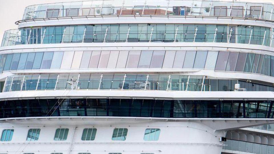 Ein Kreuzfahrtschiff liegt an einem Kai im Hafen. Foto: Hauke-Christian Dittrich/dpa/Archivbild