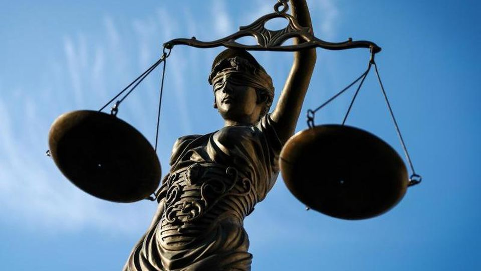 Eine Statue der Justitia hält eine Waage in ihrer Hand. Foto: David-Wolfgang Ebener/dpa
