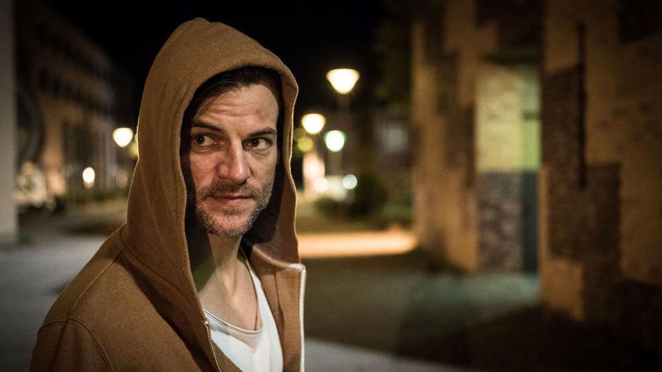 """Torben Liebrecht spielt den Schriftsteller Max Rhode im RTL-Thriller """"Das Joshua-Profil""""."""