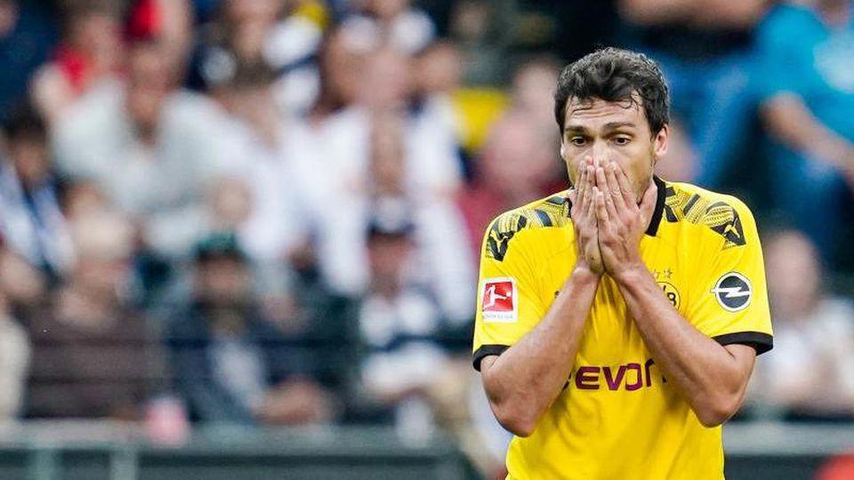 Dortmunds Mats Hummels (r) fasst sich nach einem Foul an Frankfurts Dominik Kohr an den Mund. Foto: Uwe Anspach
