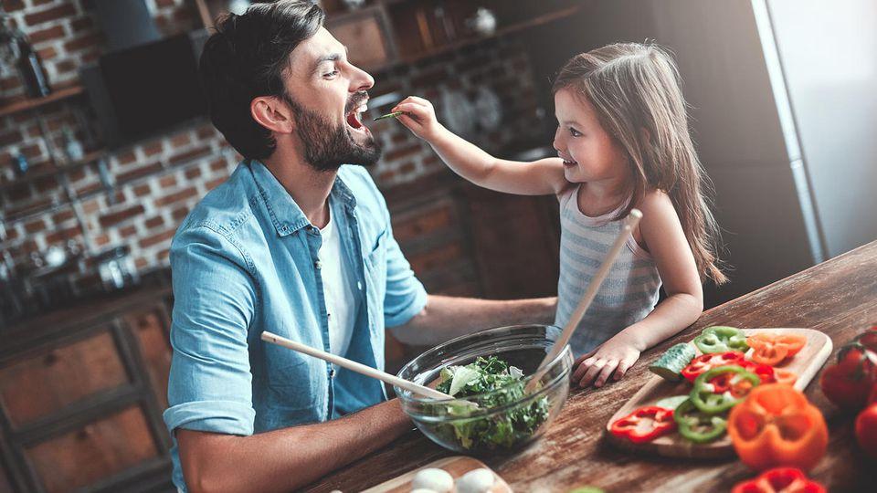 Gemeinsames Kochen mit Kindern macht Spaß