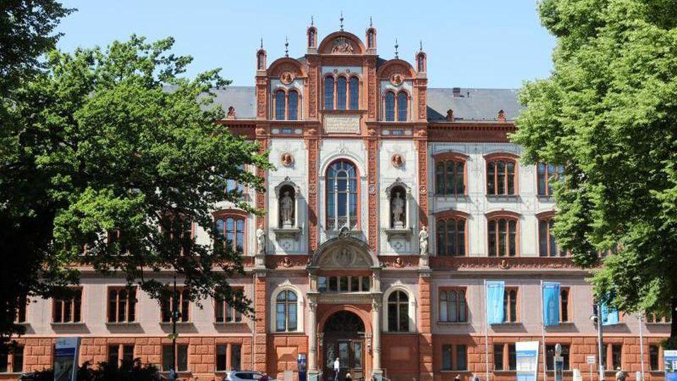 Das Hauptgebäude der Universität Rostock am Universitätsplatz. Foto: Bernd Wüstneck/Archiv