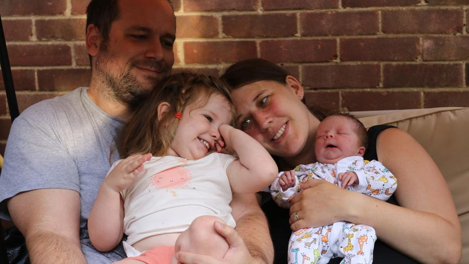 Familie Stibbard erholt sich gemeinsam von der aufregenden Geburt.