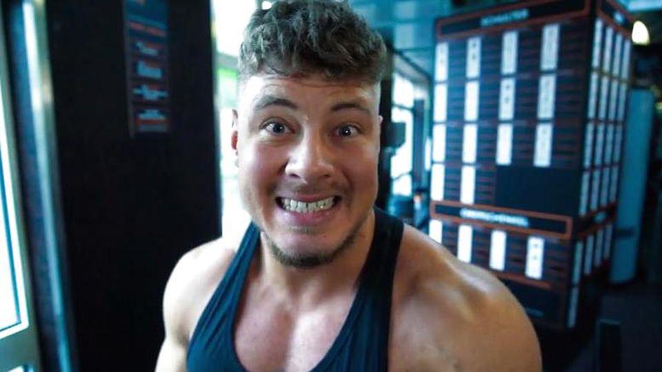 Yannic Dammaschk schnappt sich den Pokal bei Bodybuilder-Wettbewerb.