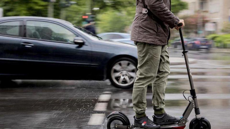 Ein neues Verkehrsmittel rollt an: Was sollten Nutzer der künftig im Straßenverkehr zugelassenen Elektro-Tretroller beachten? Foto: Christoph Soeder/dpa/dpa-tmn