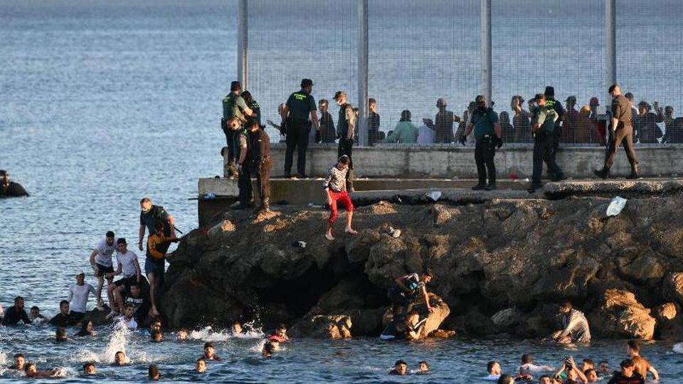 Mindestens 3000 Migranten sollen die spanische Nordafrika-Exklave erreicht haben. Foto: Antonio Sempere/EUROPA PRESS/dpa