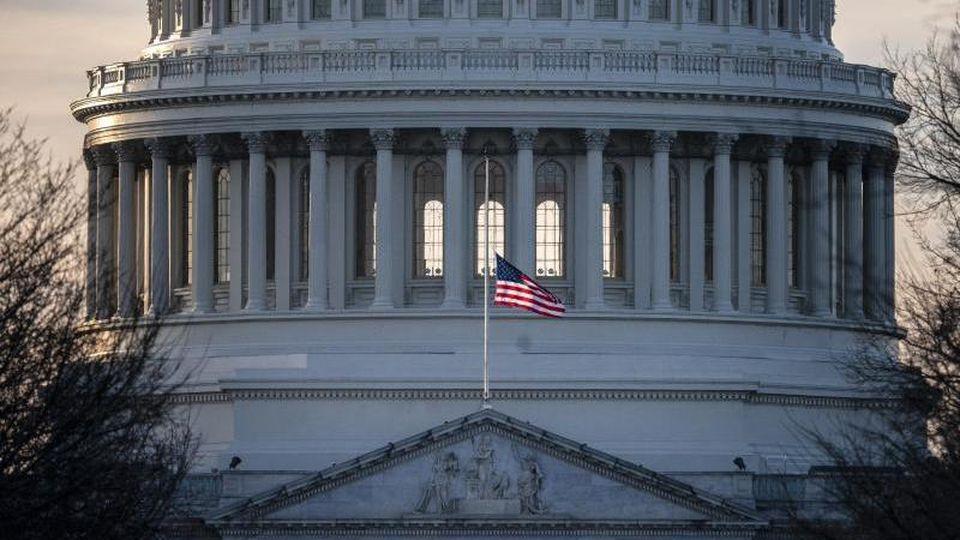 Die US-Flagge vor dem Kapitol in Washington. Foto: J. Scott Applewhite/AP