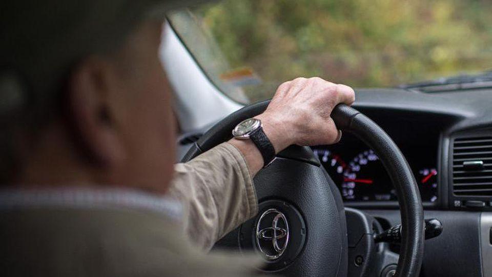 Ein Auto wird gefahren. Foto: picture alliance / dpa/Symbolbild