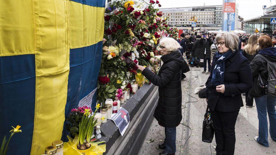 Blumen für die Anschlagsopfer in Stockholm