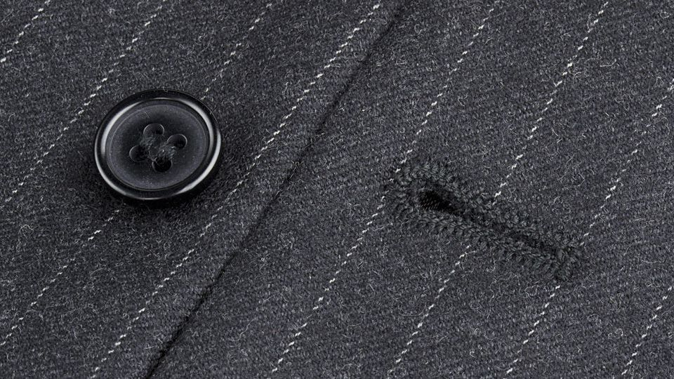 Das Augen- oder Schneiderknopfloch verhindert, dass sich der geschlossene Knopf löst.