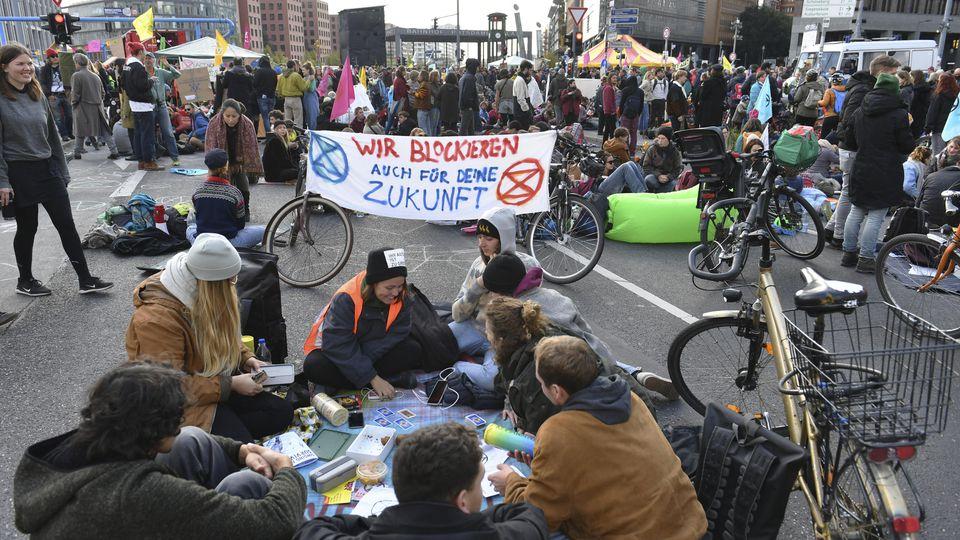 Mit Blockadeaktionen auf Berliner Strassen und Plaetzen, wie hier am Potsdamer Platz, haben Klimaaktivisten am Montag 07.10.19 fuer eine strengere Klimapolitik demonstriert. Nach Angaben der Polizei nahmen bis zum Mittag mehr als 1.300 Menschen an A