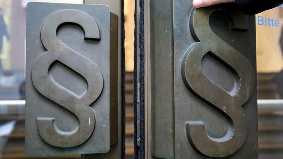 Zwei Aktienhändlern wird die Beteiligung an umstrittenen Aktiengeschäften zu Lasten der Staatskasse vorgeworfen. Foto: Oliver Berg