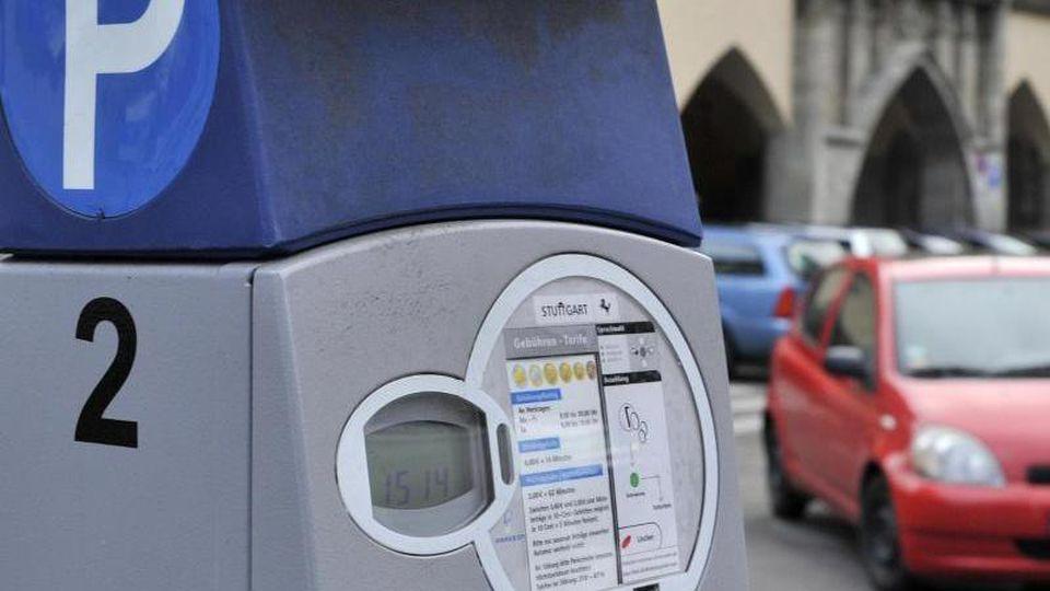 Ein Parkautomat steht auf einem Parkplatz. Foto: Marius Becker/Archivbild