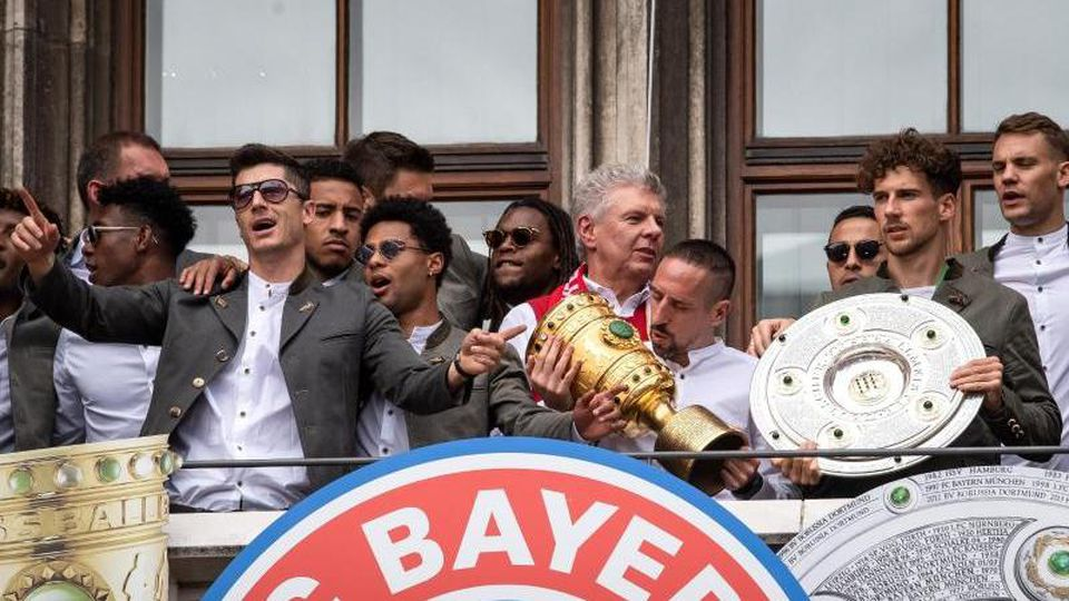 Der FC Bayern München feiert auf dem Balkon des Rathauses am Marienplatz 2019. Foto: Sina Schuldt/dpa/Archivbild