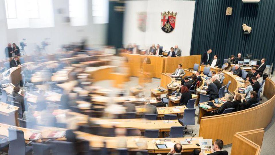 Die Abgeordneten sitzen im Landtag Rheinland-Pfalz auf ihren Plätzen. Foto: Andreas Arnold/Archivbild