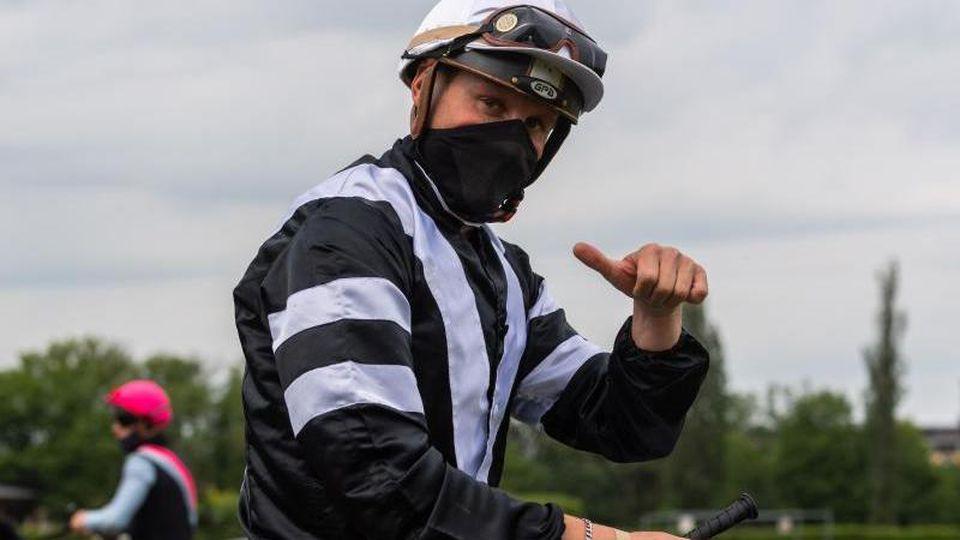 Jockey Martin Seidl hat mit Stute K Club beim beim Hamburger Galopp-Auftakt gewonnen. Foto: Robert Michael/dpa-Zentralbild/dpa/Archivbild