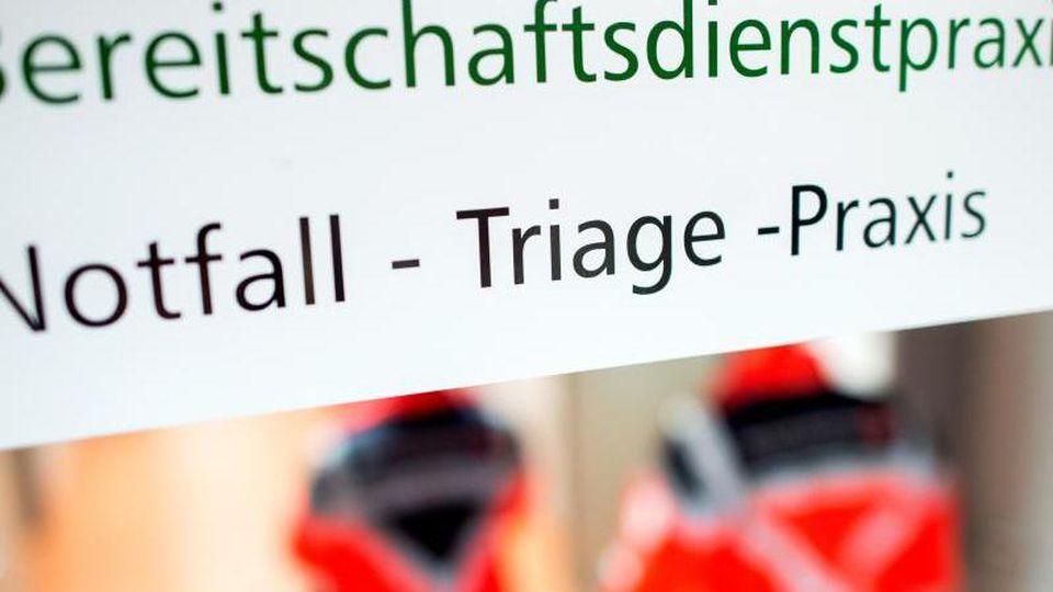 """Der Eingang einer """"Notfall-Triage-Praxis"""" in Niedersachsen. Foto: Hauke-Christian Dittrich/dpa"""