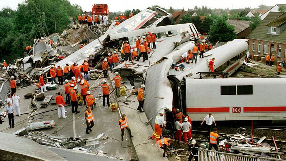 ARCHIV - An einer durch einen Intercity-Zug total zerstörten Straßenbrücke im niedersächsischen Eschede liegen am 3.6.1998 die verunglückten Waggons. Am 3. Juni 1998 prallte der Intercity-Express 884 dort mit Tempo 200 gegen eine Betonbrücke und entg