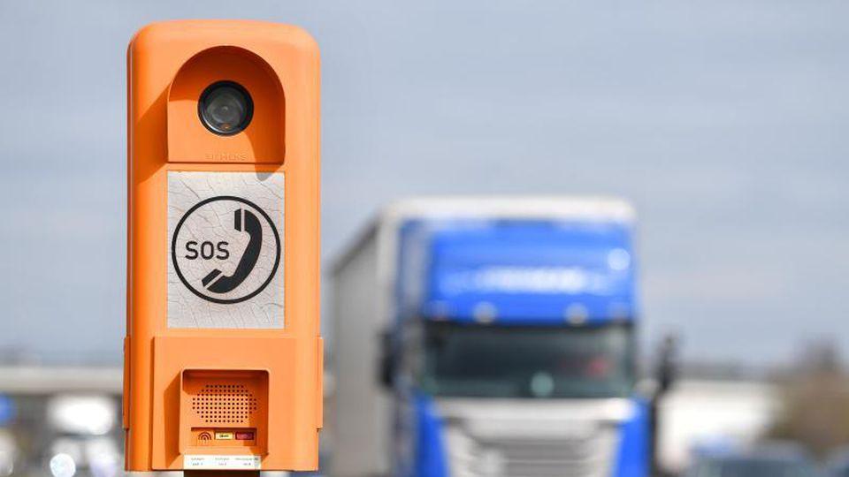 Ein Lastwagen fährt auf der A5 an einer Notrufsäule vorbei. Foto:Uwe Anspach/Archivbild