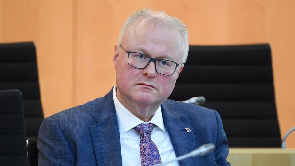 Thomas Schäfer (CDU), Finanzminister des Landes Hessen, sitzt im Landtag. Foto: Arne Dedert/dpa