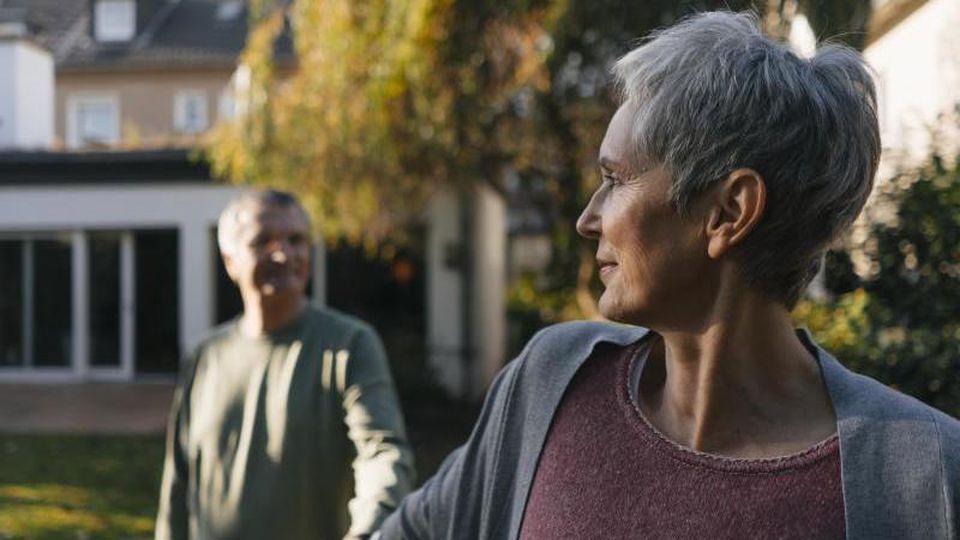 Im Ruhestand gestalten viele Paare ihr Leben noch einmal um. Das kann auch die Beziehung verändern. Foto: Kniel Synnatzschke/Westend61/dpa-tmn