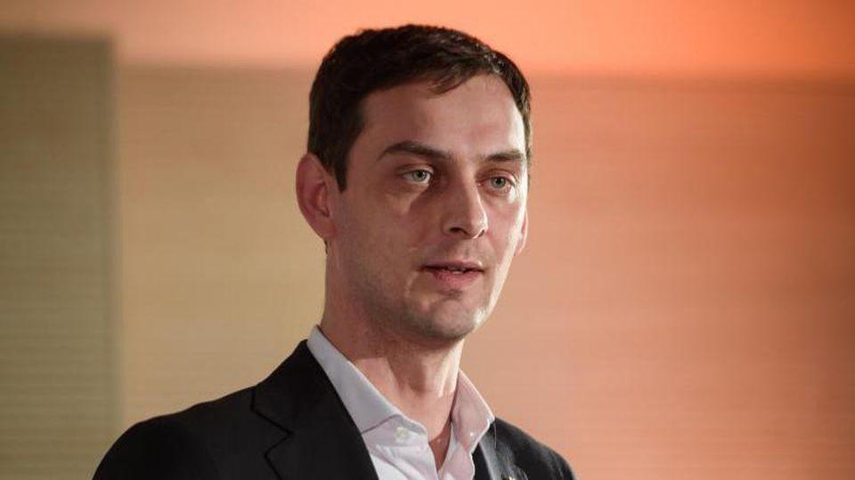 Martin Hikel (SPD) spricht bei einer Pressekonferenz. Foto: Gregor Fischer/dpa/Archivbild