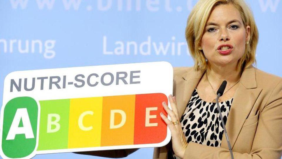Bundesernährungsministerin Julia Klöckner stellt auf einer Pressekonferenz 2019 in ihrem Ministerium das Nährwertkennzeichen Nutri-Score vor. Foto: Wolfgang Kumm