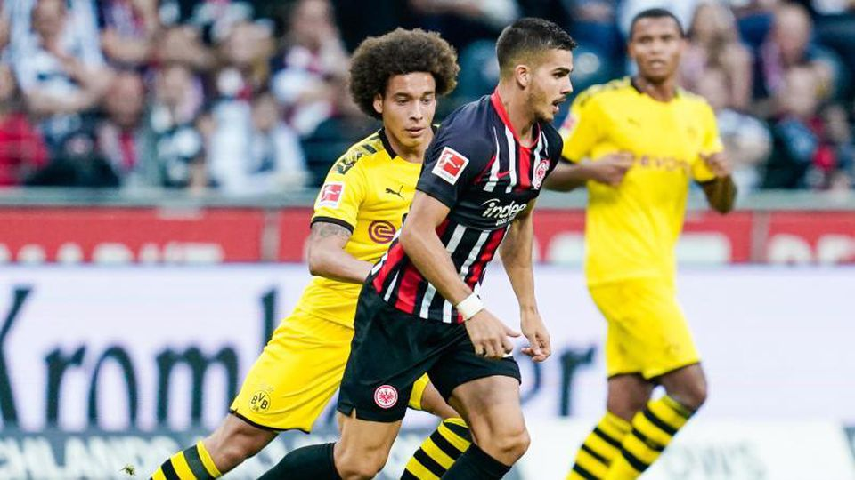 Frankfurts André Silva (r) im Duell mit Dortmunds Axel Witsel. Foto: Uwe Anspach