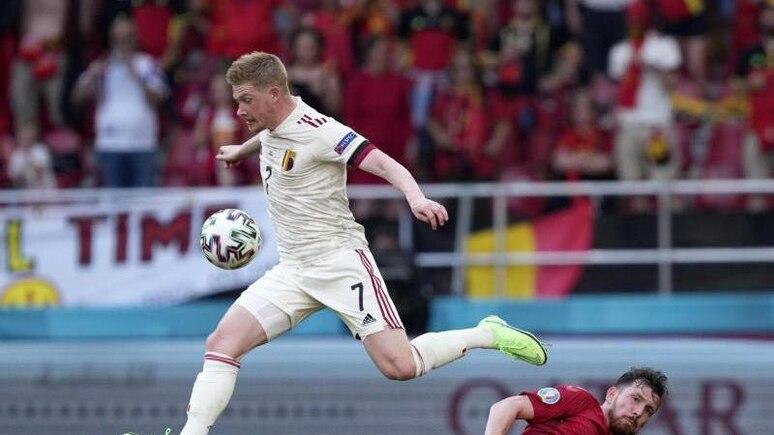 Kevin De Bruyne von Belgien springt mit dem Ball über Pierre-Emile Hojbjerg von Dänemark. Foto: Martin Meissner/AP Pool/dpa