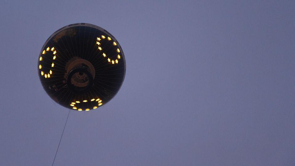 """16.05.2019, Berlin: Der Aussichtsballon """"HiFlyer"""" wird in eine große Europaflagge verwandelt und die Europasterne leuchten über Berlin. Die Arbeitgeberverände der Metall- und Elektro-Industrie wollen damit zur Europawahl am 26. Mai aufrufen. Foto: Sv"""