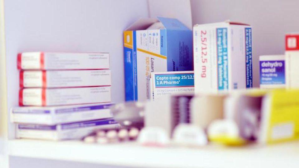 Verschiedene Medikamente liegen in einem Regal. Foto: picture alliance / dpa/Symbolbild